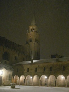 A mezzanotte nevica in Piazza Leon Battista Alberti a Mantova