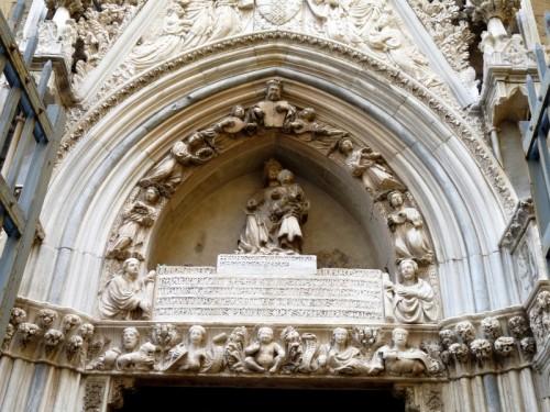 Napoli - Cappella Pappacoda, particolare del portale di Baboccio da Piperno, 1415
