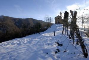La chiesetta, la fontana e la neve