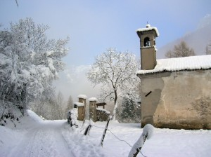 Chiesa di San Martino con panorama, dopo la nevicata