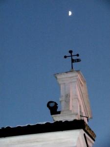 C'è un bimbo in cima alla chiesa?