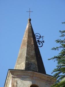 la bici sul campanile della chiesa di Apricale