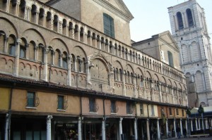 Cattedrale di Ferrara, prospettiva laterale con Campanile