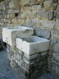 due cubi, una fontana