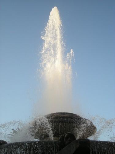 Taranto - fontana rosa dei venti - il getto nel blu