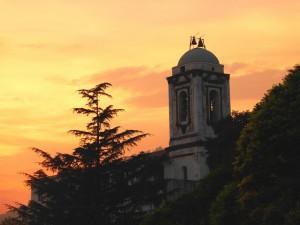foto del campanile della chiesa di ogliara