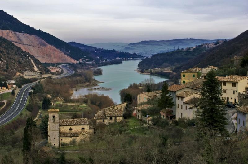 ''Chiesa di Valcimarra che sovrasta il Lago di Caccamo'' - Caldarola