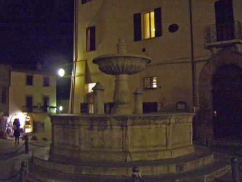 Deruta - Fontana in notturna