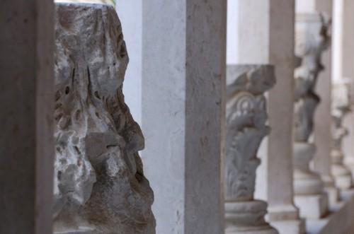 Cassino - Abbazia di Montecassino - Capitelli nel corridoio