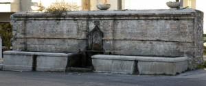 antica fontana al centro del paese