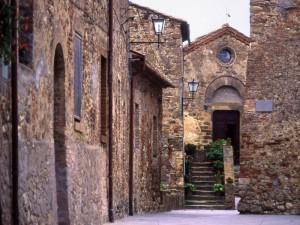 Castel Porrona. Nello sfondo…la chiesetta
