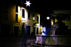 Fantasmi che si fotografano nei pressi di una fontana