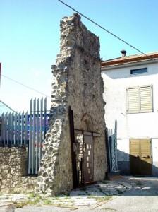 Portale della sopravvissuta chiesa di S. Michele (Chiesa vecchia) a Roccaravindola  fraz. di Montaquila