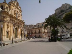 Chiesa, piazza e castello