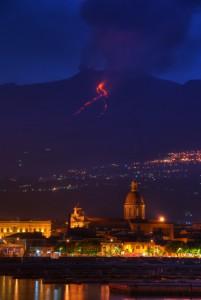 Chiesa Madre di Riposto con Etna in eruzione sullo sfondo