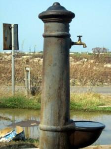 Una fontana in mezzo alla campagna