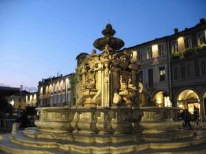 La fontana cinquecentesca all'imbrunire