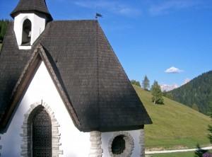 Chiesetta di Vederna e Dolomiti