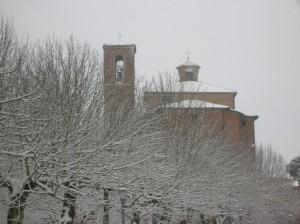 """Una chiesa """"immersa"""" tra gli alberi e la neve"""