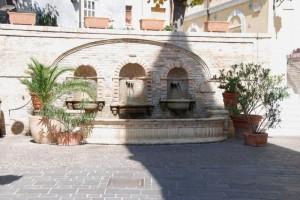 la fontana dietro il campanile