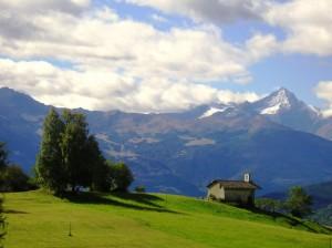 Chiesetta tra i verdi pascoli alpini