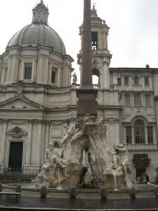 Fontana dei quattro fiumi e sfondo Chiesa Sant' Agnese