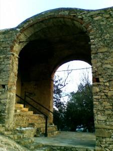 attraverso l'arco