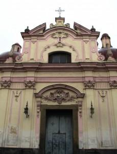 Chiesa di Portici ridipinta in giallo e rosa