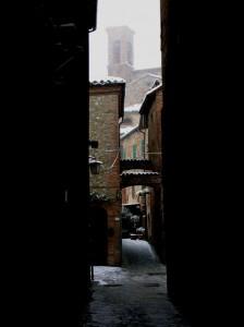 Sullo sfondo del Vicolo del Gesù s'intravede il campanile dell'omonima Chiesa