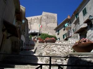intrigo di stradine e di case per arrivare al castello dei Colonna