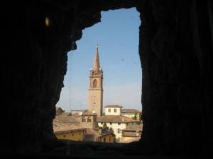 Il campanile della parrocchiale visto da una breccia della rocca
