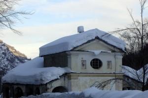 antica cappella sommersa dalla neve