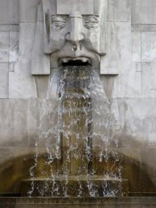 Facciata della stazione Centrale di Milano, fontana sul lato sinistro