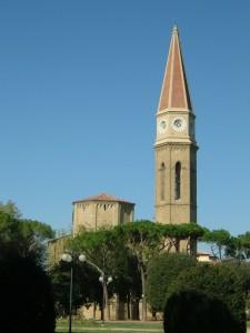 Campanile del domo di Arezzo tra la natura
