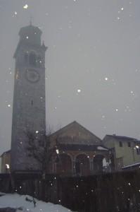 parrocchiale sotto una fitta nevicata