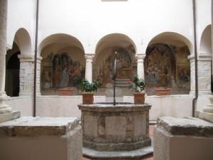 Il piccolo chiostro della chiesa dei Francescani
