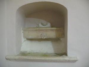 La chiara fontanella del convento dei Francescani