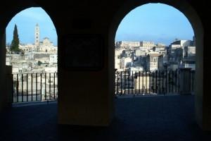 """La Cattedrale nei """"Sassi Baresani"""" vista dalla piazza"""