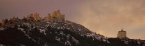 Vista sull'oratorio di Santa Maria della pietà e la Rocca di Calascio