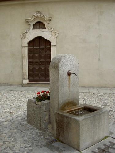 Edolo - Fontana e portale