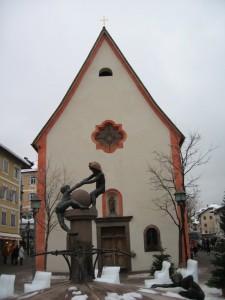 Giochi  di bimbi davanti alla chiesetta …