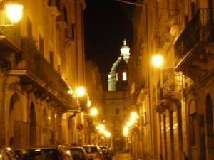 Dal vicoletto la cupola del Duomo