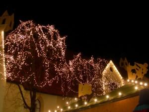 """La chiesa dello Spirito Santo """"coperta"""" di luci natalizie"""
