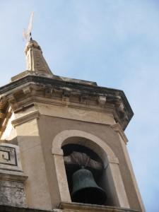 Particolare del campanile di un'antica chiesa dedicata a S.Pietro, con l'emblema del gallo (RC)