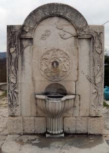 fontana del 1903 presso il cimitero di Vinchiaturo