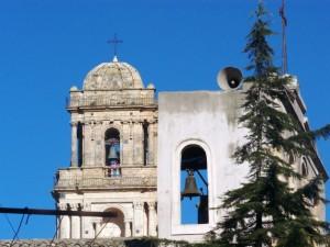 la chiesa madre e dietro di essa S. Antonio