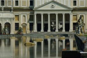 vasca e riflessi a villa Pisani