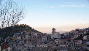 La chiesa e l'Etna imbiancata