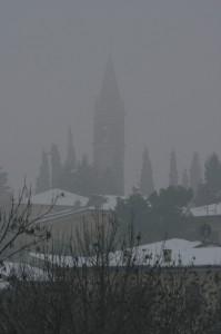 campanile nella nebbia