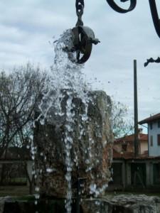 L'acqua del pozzo inonda la pietra…